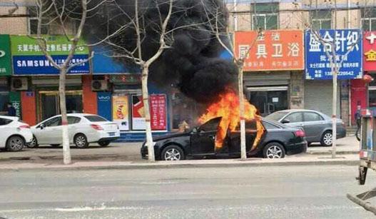 两个熊孩子玩火烧毁奥迪车 被烟熏得灰头土脸