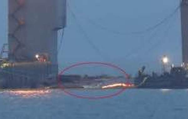 韩联社3月23日报道,3年前导致300多人死亡的世越号沉船正式浮出水面。据报道,韩国海洋水产部22日上午启动试捞作业,中国交通运输部上海打捞局协助测量并分配66根打捞钢索和油压千斤顶的承重,以确保船体在抬高过程中保持水平。