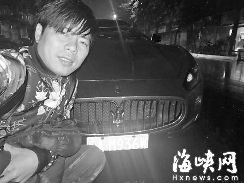 豪车被砸微笑自拍 榕籍歌手被指炒作