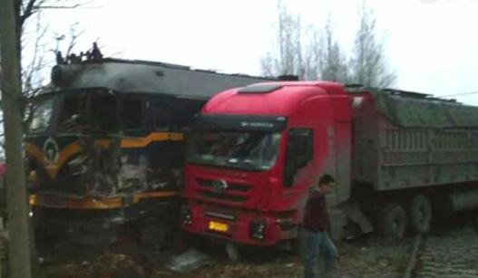 河南一火车被半挂货车撞出轨 火车司机伤势严重