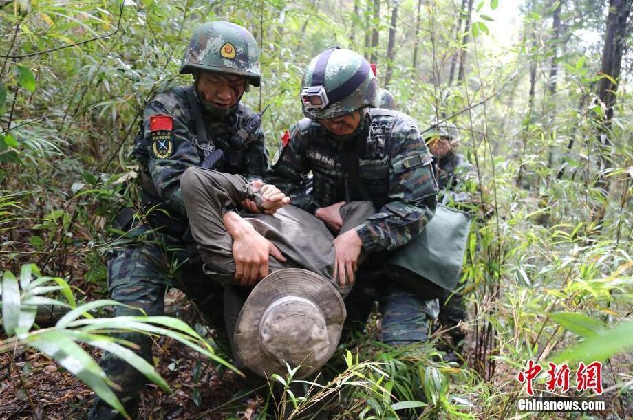 武警福建总队潜入深山开展反恐实战训练