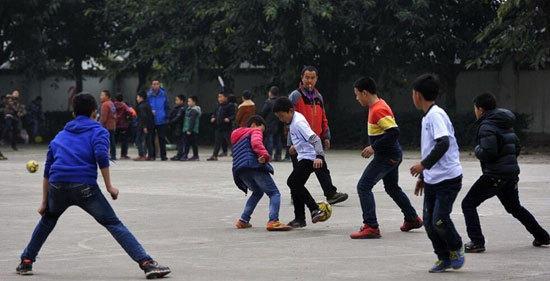 四川留守儿童足球队夺全国亚军超励志 每天水泥地踢球