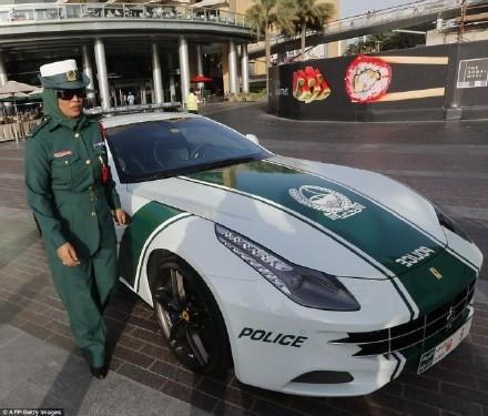迪拜兰博基尼_迪拜警方布加迪威龙警车亮相 迪拜豪华警车全收录_国际新闻_海峡网