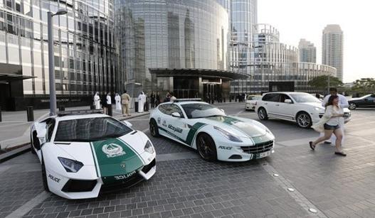 迪拜警方又买警车了 拿下世界上最快警车称号
