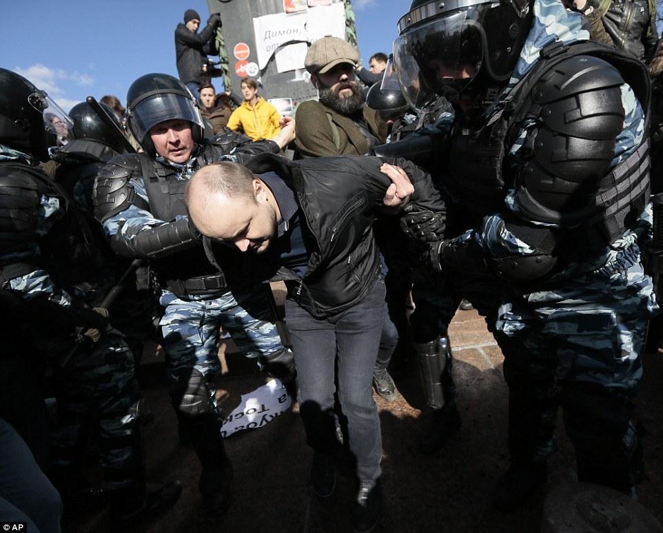 俄爆发大规模游行 抗议总理梅德韦杰夫涉腐败 梅德韦杰夫个人简历(2)