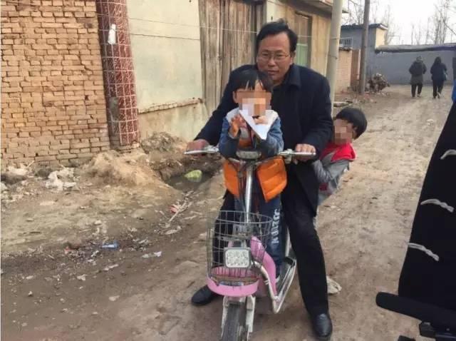 杜志浩的父亲杜洪章用电动车接送两个孩子