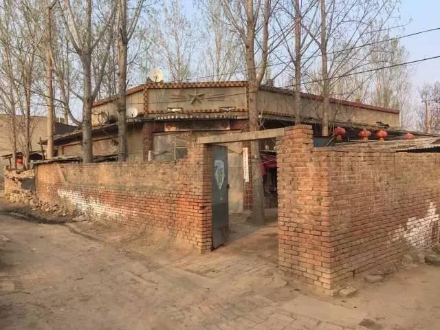 屋檐上有五角星的是杜志浩父母的房子
