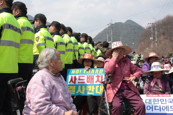 萨德部署最新消息!韩国一群老奶奶站上反萨德前线 成功赶走勘探卡车