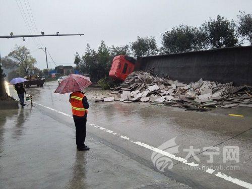 省道304线蕉城区金涵乡 满载挂车侧翻 板材撒满路面