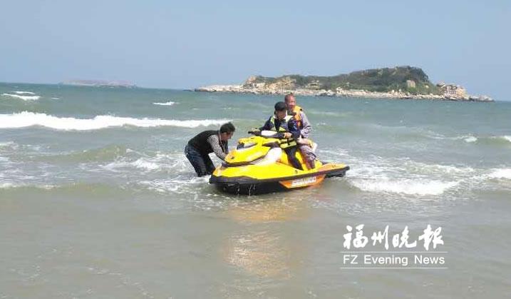 5名游客被困平潭无人岛 志愿者顶风破浪驾艇救人