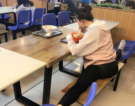 农大美女走红 吃饭看书都在一字马