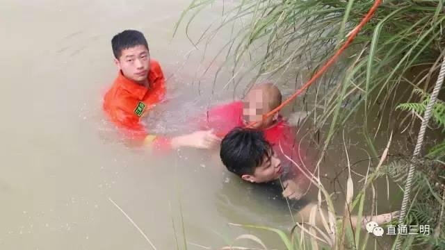 三明中山公园有人落水 黑衣帅哥跳河救人!