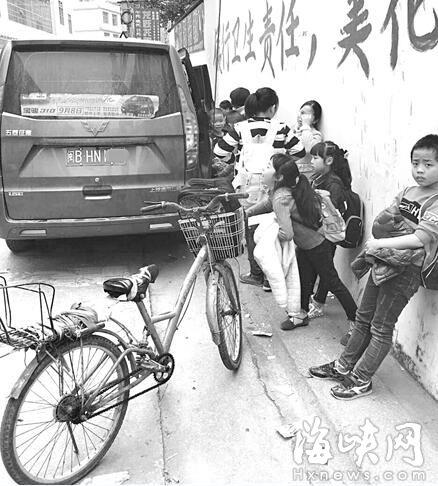 仙游赖店中心学生门口面包车接送舞蹈向每人女兵小学小学生图片