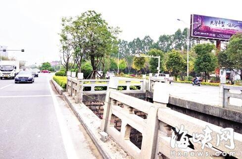 莆田荔园路汽车站旁桥梁护栏缺失 数月未修复