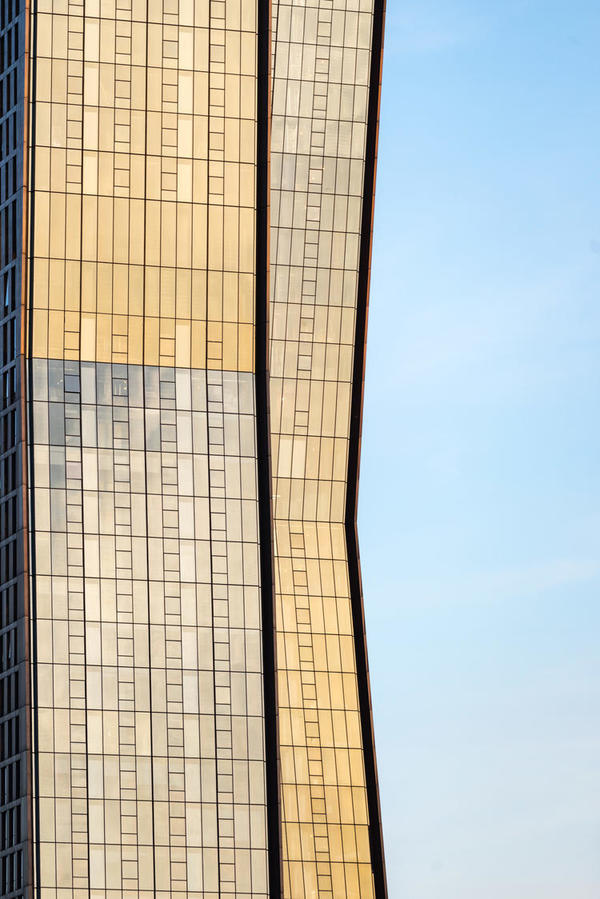 曼哈顿这两座新建的住宅,不仅发生了弯折还会变色