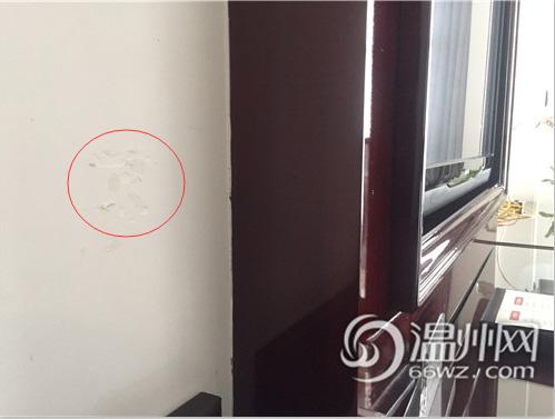 伪装成插座的偷拍装置就装在床对面的墙壁上
