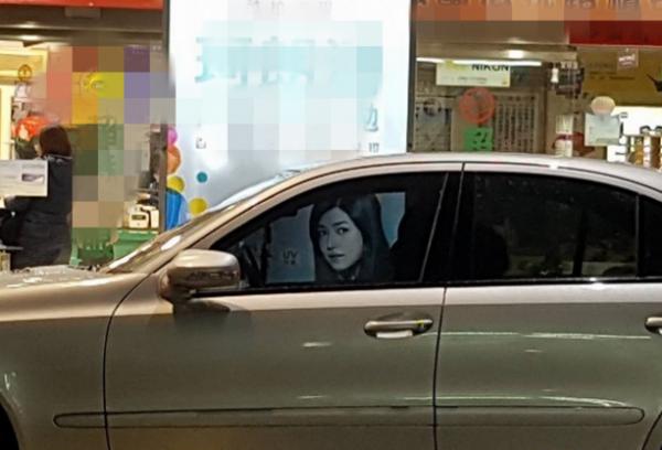 陈妍希开车被偷拍发现对方露凶狠表情 走近一看真相竟是……