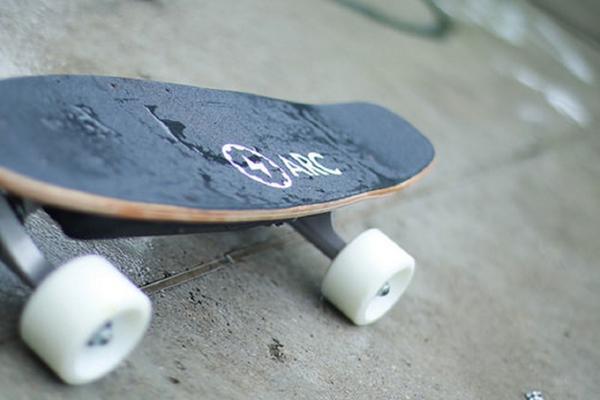 这可能就是电动滑板的最终形态了 更轻巧更强劲