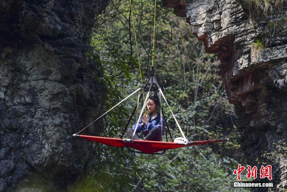 瑜伽达人悬崖峭壁上演高空吊帐瑜伽秀 体验高空刺激
