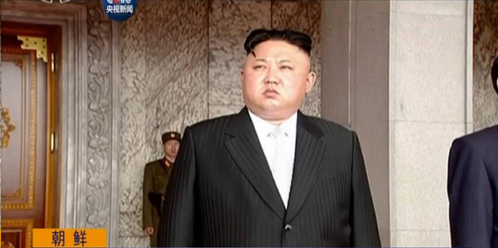 """朝鲜举行史上大规模阅兵活动 三军大呼金正恩""""万岁"""""""