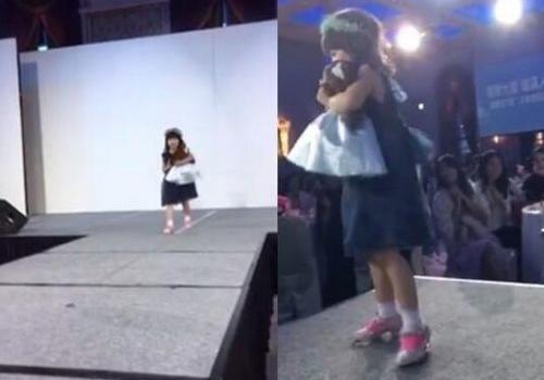 小S女儿许老三走秀台风稳健被赞 本来要穿洞洞鞋被妈妈阻止