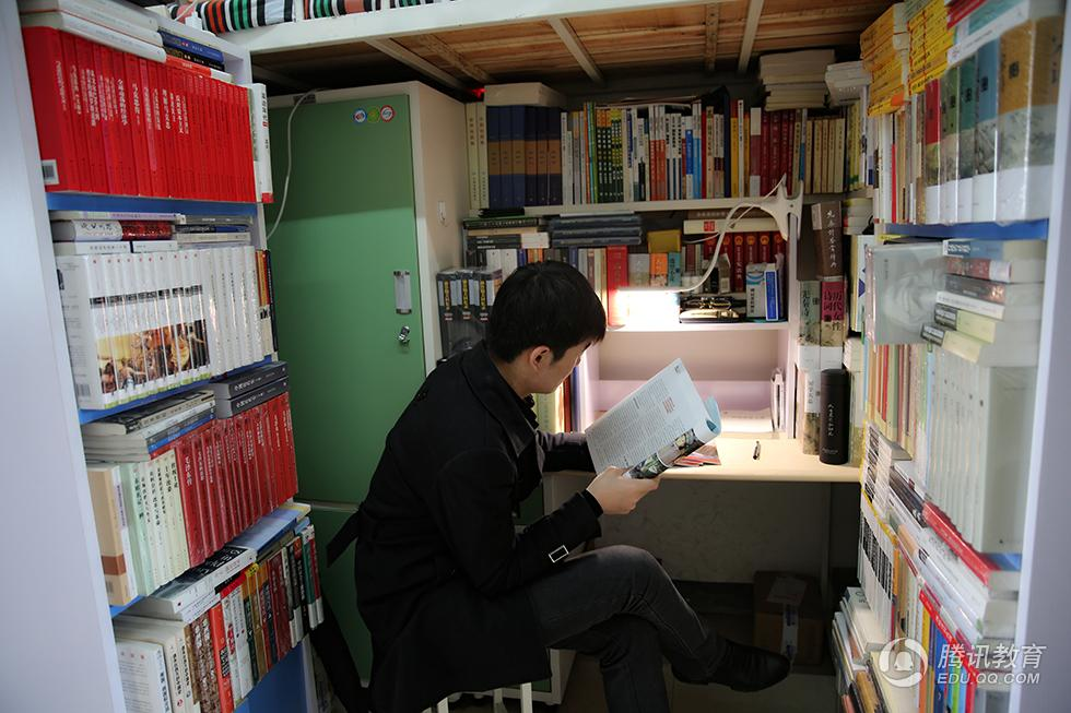 """书痴!高校男生在寝室建""""图书馆"""""""
