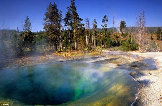 最神秘的温泉 季节变换泉眼颜色也会不断变换
