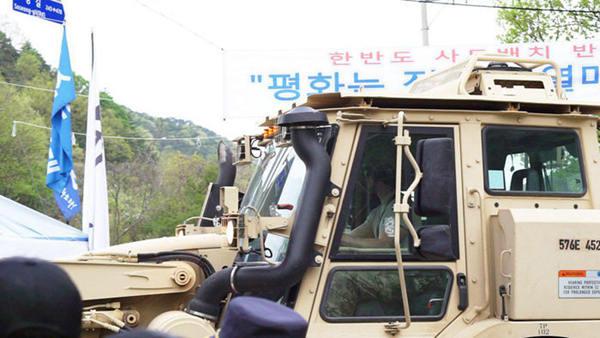 美军车开进萨德部署地 韩民众挡车两人受伤
