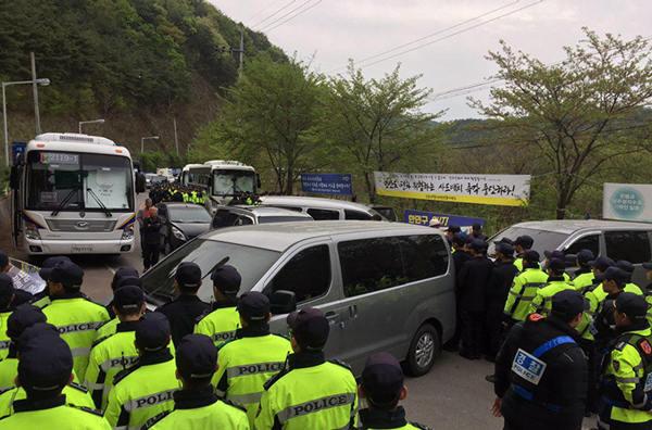 美军车开进澳门彩票足球萨德部署地 韩民众挡车两人受伤
