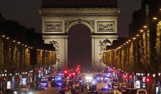 法国香榭丽舍大街发生枪击事件 一名警察死亡