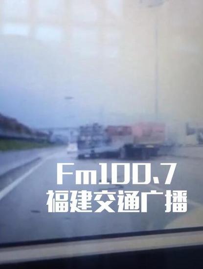 突发!福州五辆大车相撞 现场惨烈
