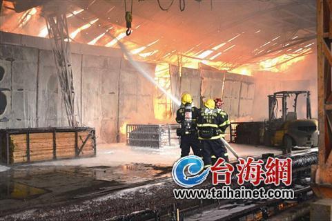 龙岩一竹业厂发生火灾 用500吨水才灭了大火