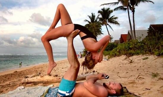 个性十足!美摄影师趁和女友练瑜伽时向其求婚