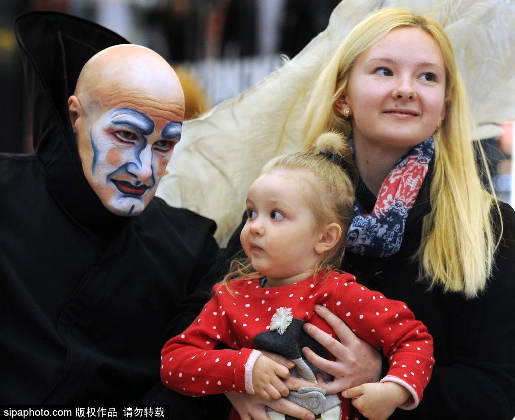 马戏团大神现身白俄罗斯街头 柔体快闪吸睛无数