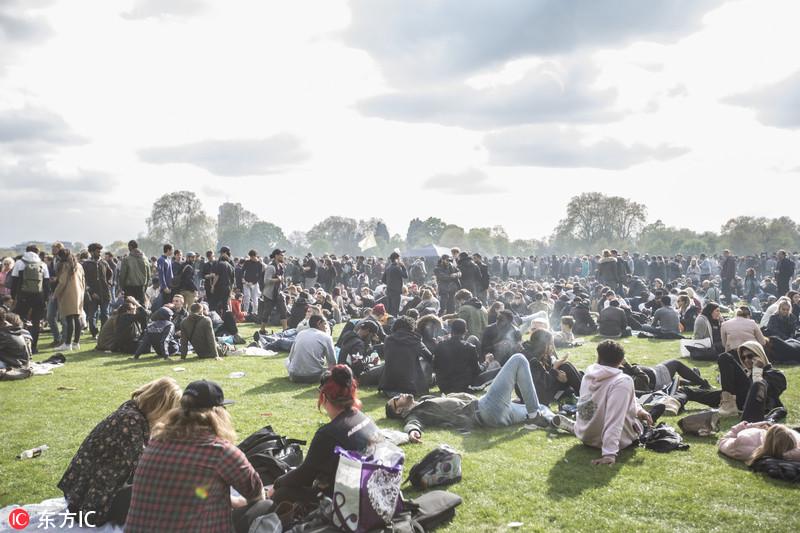 当地时间2017年4月20日,英国伦敦,英国大麻合法化组织纪念世界大麻日,成千上万的民众聚集在海德公园抽烟示威,要求大麻合法化。Pete Maclaine/东方IC