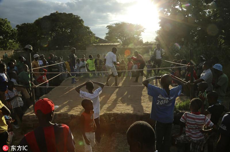 近日,津巴布韦奇通圭扎,两名男孩在拳击台上比赛。Tsvangirayi Mukwazhi/东方IC
