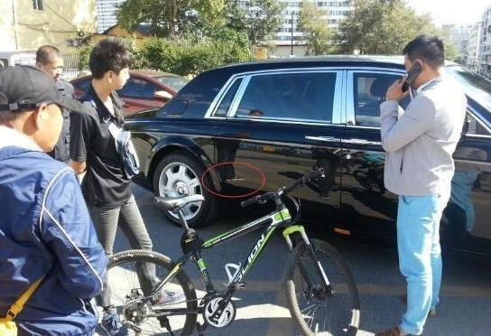 男孩骑自行车撞上688万劳斯莱斯 霸气负责称:打一辈子工也要还