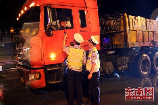 南靖警方开展行动 一夜查处148起交通违法