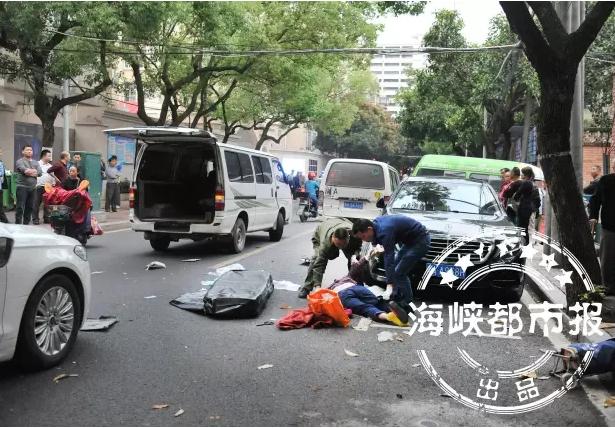 福州屏东路面包车连撞多车 8旬老太被撞身亡