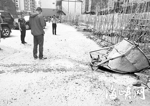 闽侯文山里:水泥罐从天而降 砸进小区