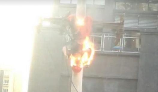 工人修电缆遭电击 全身着火被吊空中