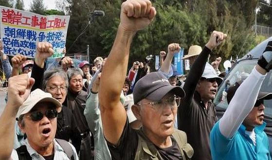 日本填海澳门足球彩票为美军建基地 民众乘坐十几只皮艇前来抗议