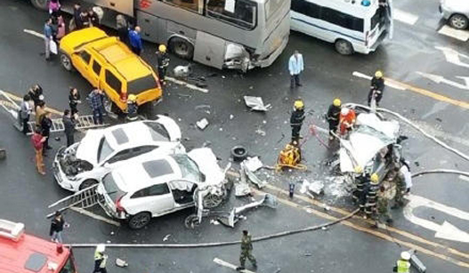 成都多车连环相撞 一车后半截被撞碎