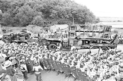朝鲜半岛局势紧张!驻韩美军凌晨部署萨德 朝鲜举行最大规模军演