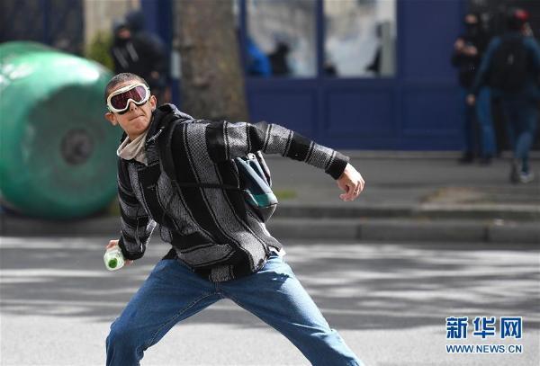 法国大选最新消息 掷瓶子、奏乐器.法国民众抗