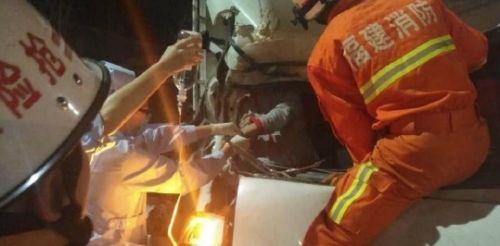 福州三环车辆追尾 货车副驾一乘客被困