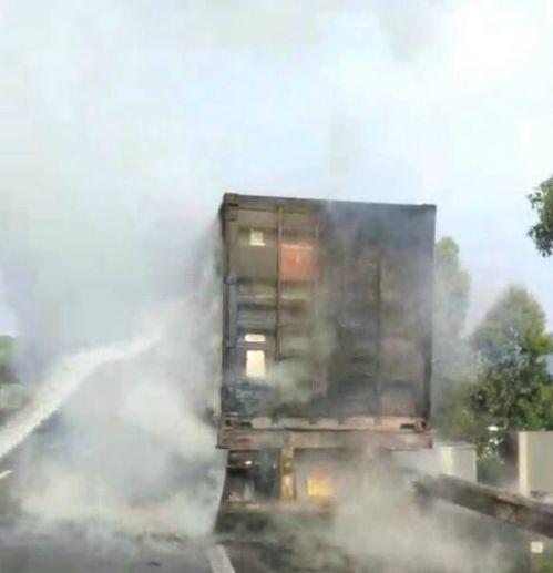 长乐营前高速一货车起火 3部消防车急救