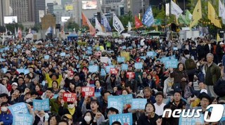 韩国民众游行抗议政府:美国是你主子 民众如猪狗