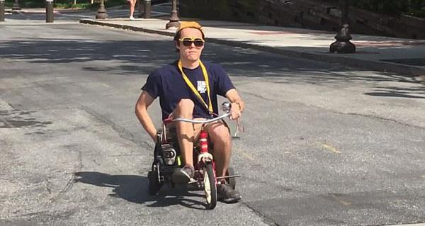 """美国大学生为玩具三轮车安装马达使其成""""电动车"""""""