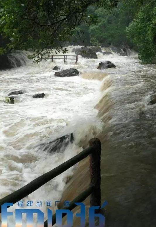 福州永泰突发山洪!40多人旅行团被困青龙瀑布